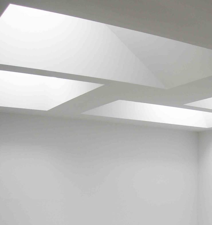 DETALLE HALL: Oficinas y Tiendas de estilo  de BM2C Arquitectos