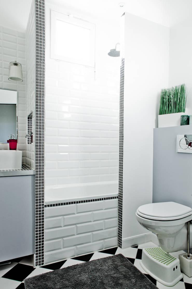 Rénovation  Appartement Paris 75003. François Corvi Architecture. www.corvi-architecte.com: Salle de bains de style  par Grazia Architecture