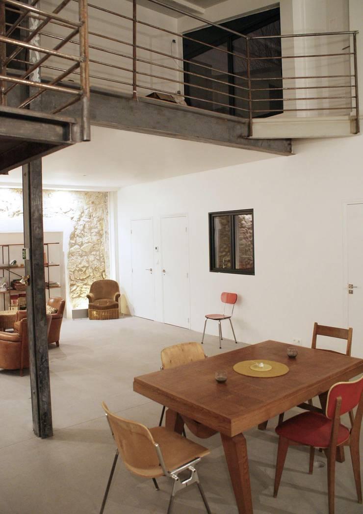 Rénovation Loft Montreuil. François Corvi Architecture www.corvi-architecte.com: Salle à manger de style  par Grazia Architecture