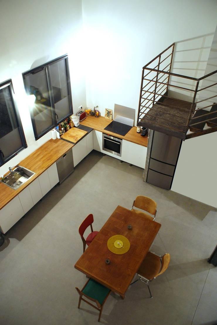 Rénovation Loft Montreuil. François Corvi Architecture www.corvi-architecte.com: Cuisine de style  par Grazia Architecture