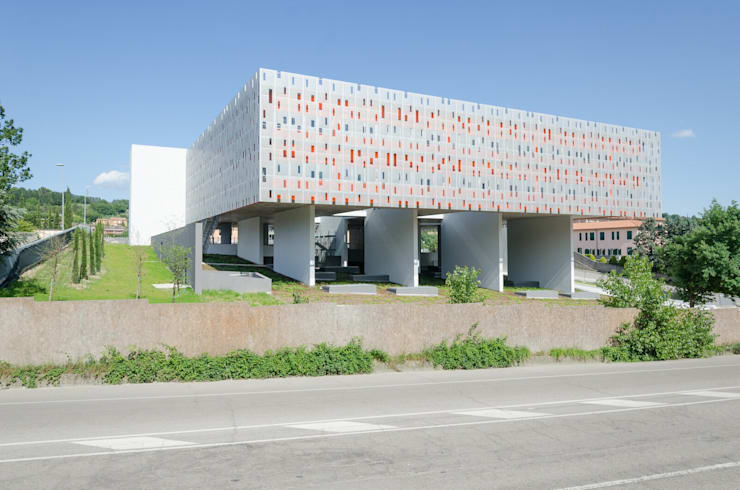 Cittadella dell'Edilizia:  in stile  di HOFLAB