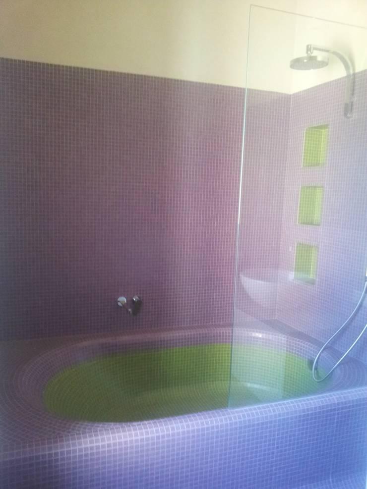 Bagno in mosaico: Bagno in stile  di Beatrice Arillotta Architetto