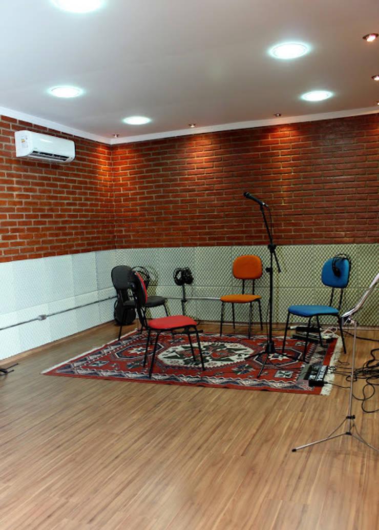 Espaço da Sala de Gravação depois de finalizada:   por NR arquitetura interiores
