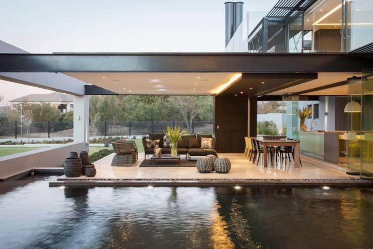 Casas modernas por Nico Van Der Meulen Architects