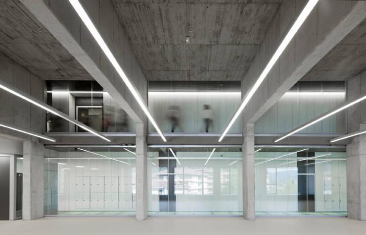 CENTRO DEPORTIVO en Aretxabaleta: Gimnasios domésticos de estilo  de asieracuriola arquitectos en San Sebastian,