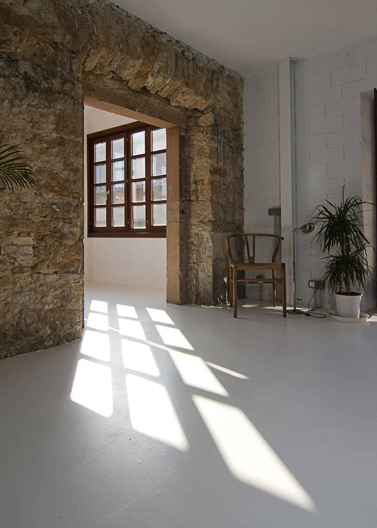 Apartment Renovation / Oviedo:  in stile  di Duosegno Visual Design