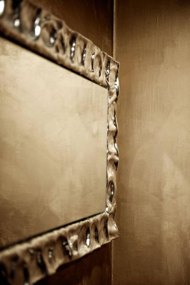 specchi: Case in stile  di SANTACROCEARCHITETTI, Moderno