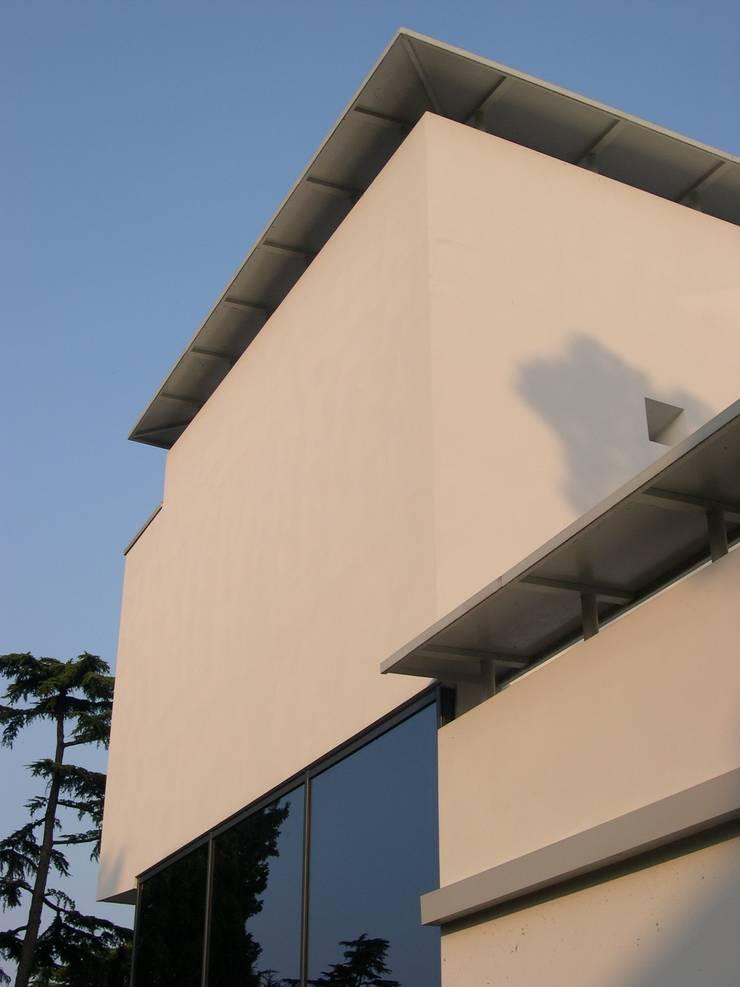 VHouse: Case in stile in stile Moderno di SANTACROCEARCHITETTI