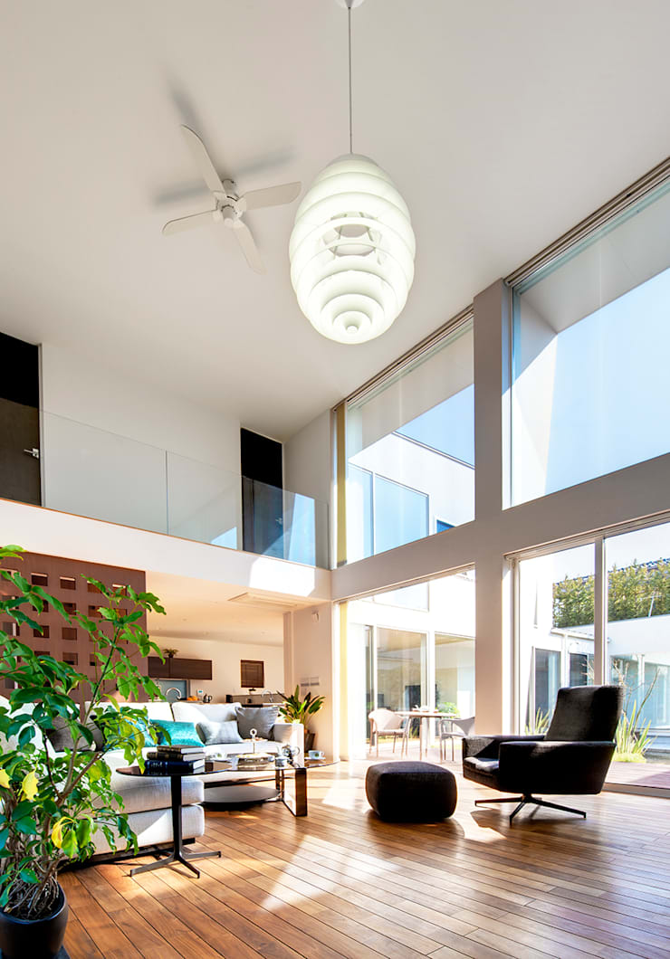 光と風に満ちたリビング: TERAJIMA ARCHITECTSが手掛けたリビングです。