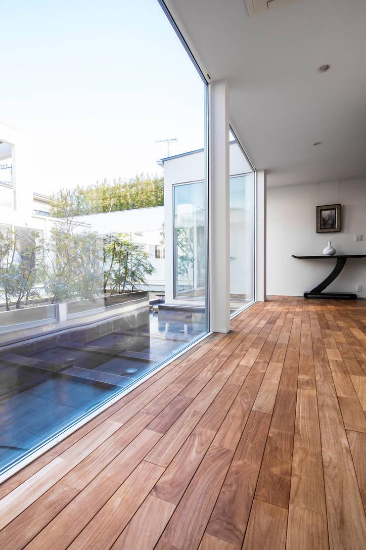 来客を迎える美しい玄関ホール: TERAJIMA ARCHITECTSが手掛けた廊下 & 玄関です。