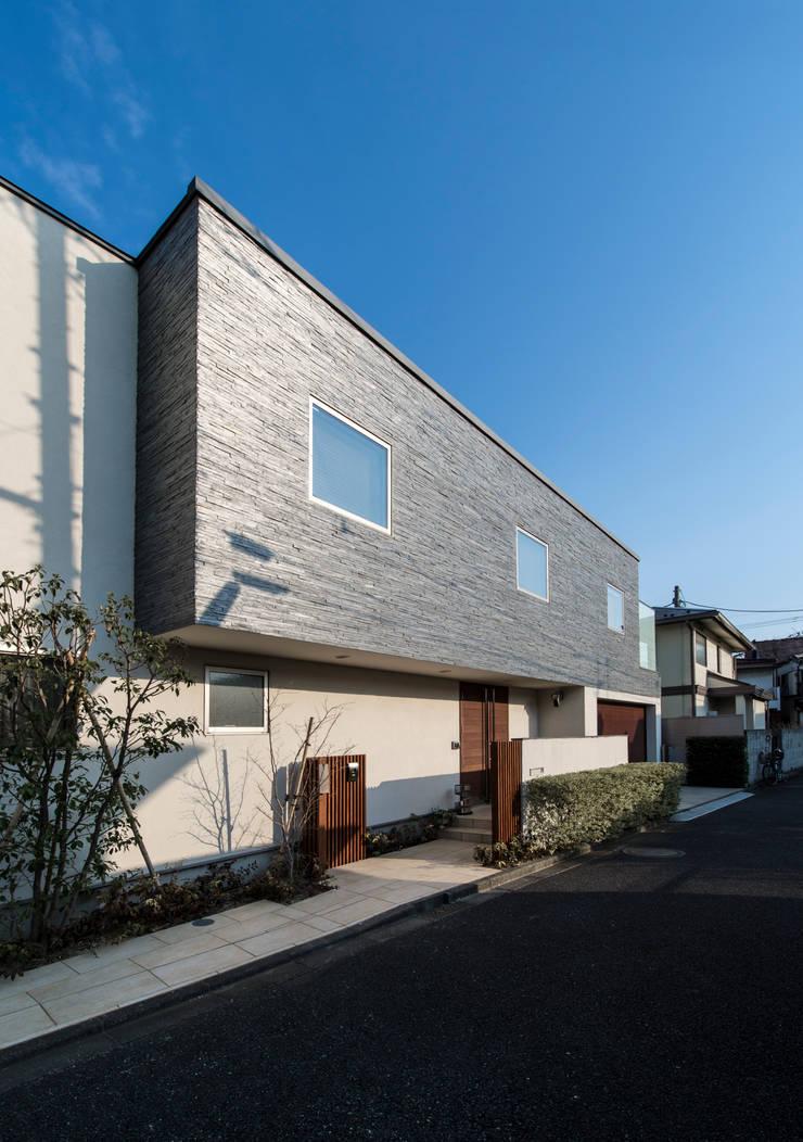 重厚感のある外観: TERAJIMA ARCHITECTSが手掛けた家です。