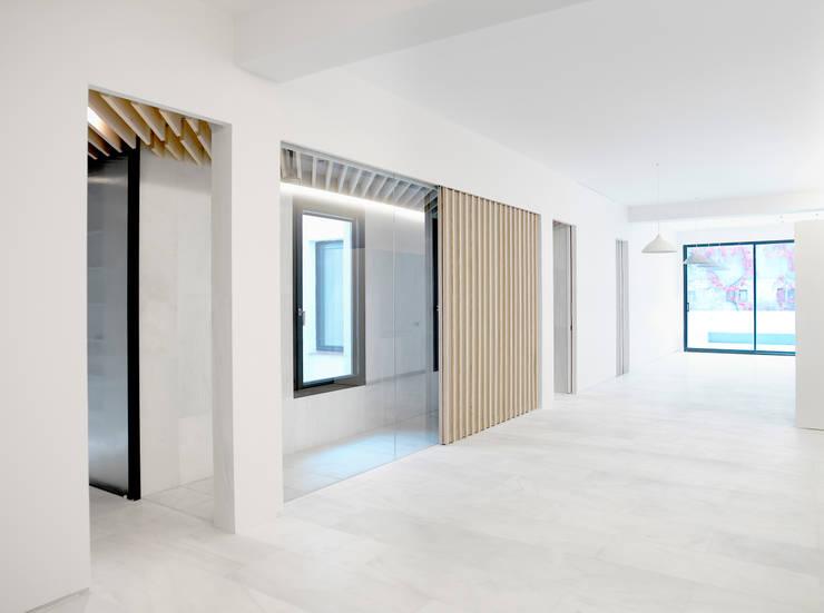Orfila_Living: Salones de estilo  de Schneider Colao design