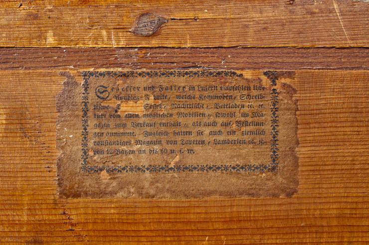 Commode Louis XVI Lucernoise marquetée en médaillon, en noyer, cerisier, prunier: Chambre de style  par Moinat SA