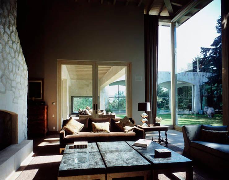 Sala: Salas de estilo ecléctico por JR Arquitectos