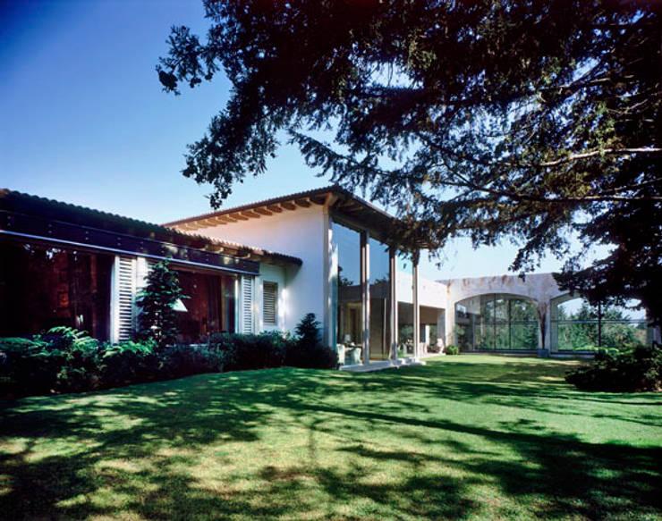 Fachada: Casas de estilo ecléctico por JR Arquitectos