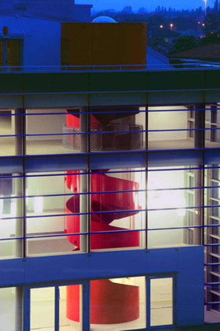 Lainate Urban Center  Da un vecchio cinema nasce un nuovo centro culturale e polifunzionale.: Negozi & Locali commerciali in stile  di GaS Studio, Moderno