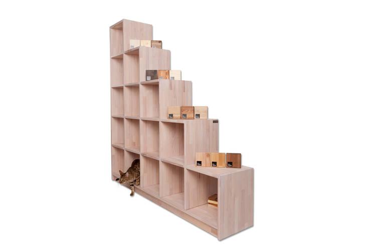 Stufenregal aus massivholz nach Maß:  Wohnzimmer von Pickawood GmbH