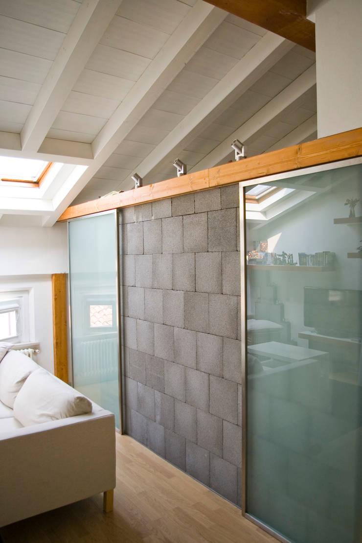 Nuovo muro, porte in acciaio e vetro: Soggiorno in stile  di Architetto Andrea Farri