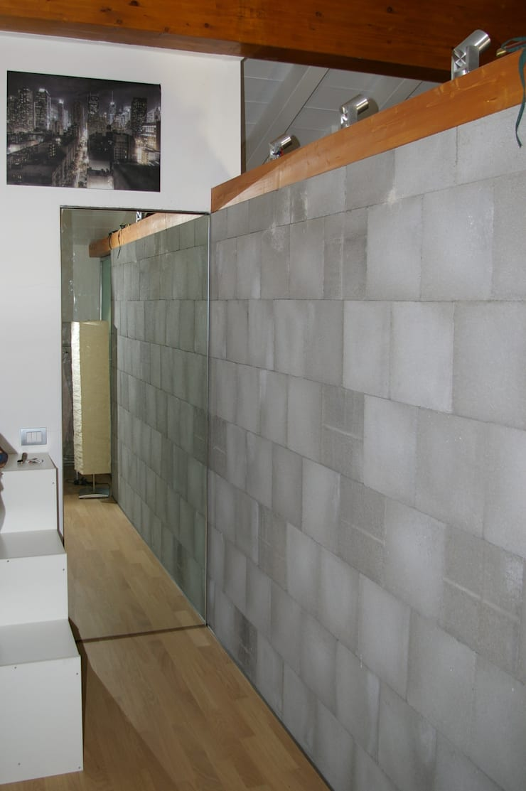 Porta a specchio - chiusa: Soggiorno in stile  di Architetto Andrea Farri