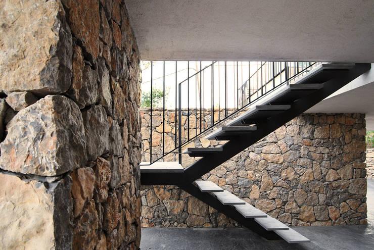 AMPLIACIÓN CASA LES PLANES DEL REI:  de estilo  de Jofre Roca arquitectes