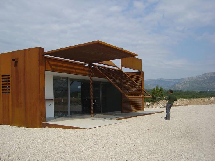LOCAL SOCIAL EN CAMPO DE TIRO OLÍMPICO:  de estilo  de Jofre Roca arquitectes