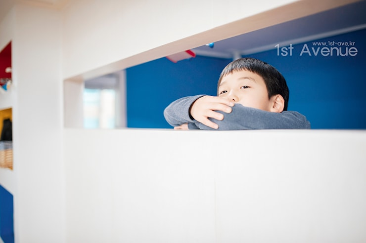 세아이들이 뛰어노는 유니크한 다락방과 다섯식구를 위한 보금자리: 퍼스트애비뉴의  아이방