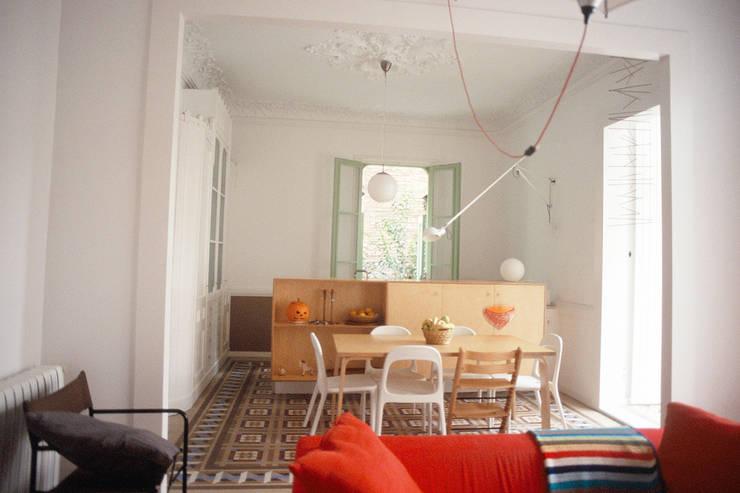cocina - comedor - sala: Salones de estilo  de PARRAMON + TAHULL arquitectes