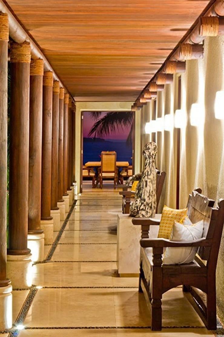 Pasillos. Casa Calandrias. BR Arquitectos: Hoteles de estilo  por BR  ARQUITECTOS, Tropical