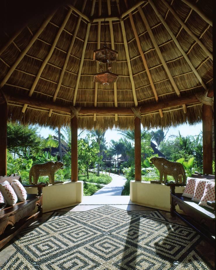 Vestíbulo de Ingreso. Casa Calandrias. BR Arquitectos: Hoteles de estilo  por BR  ARQUITECTOS, Tropical