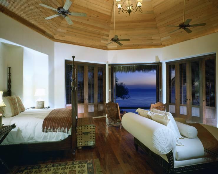 Master Suite. Casa Calandrias. BR Arquitectos: Hoteles de estilo  por BR  ARQUITECTOS, Tropical
