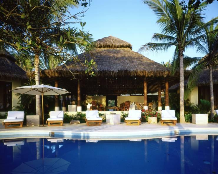 Terraza.  Casa Calandrias. BR Arquitectos: Hoteles de estilo  por BR  ARQUITECTOS, Tropical