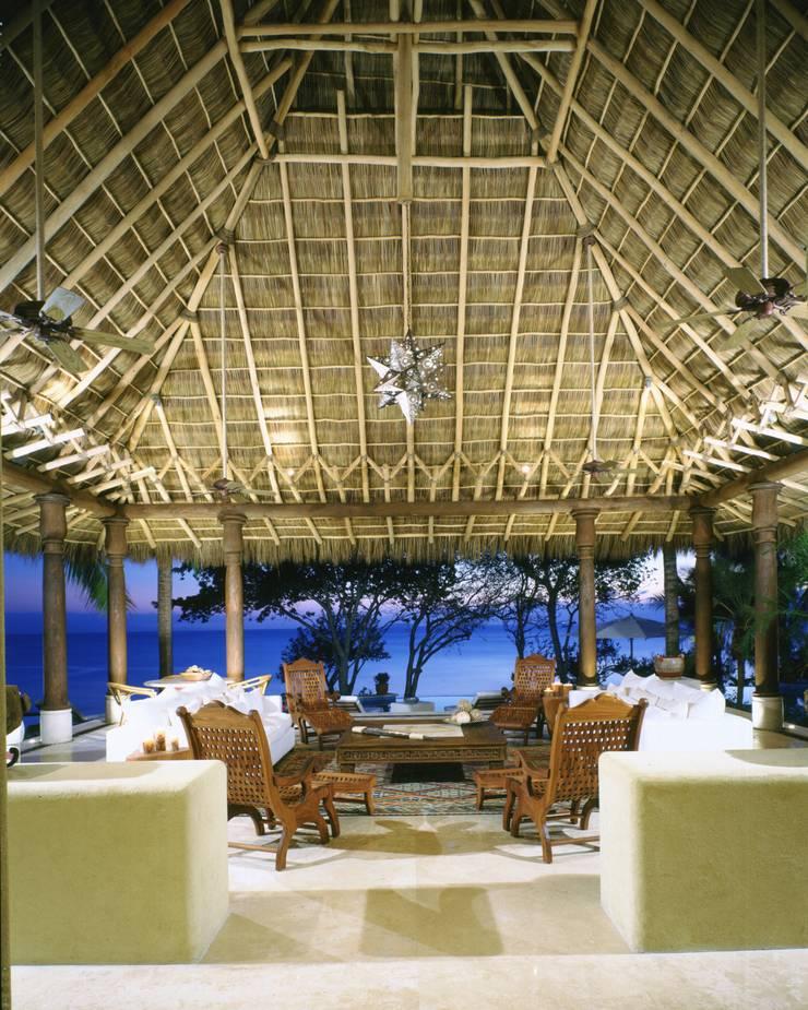 Estancia 2 . Casa Calandrias. BR Arquitectos: Hoteles de estilo  por BR  ARQUITECTOS, Tropical
