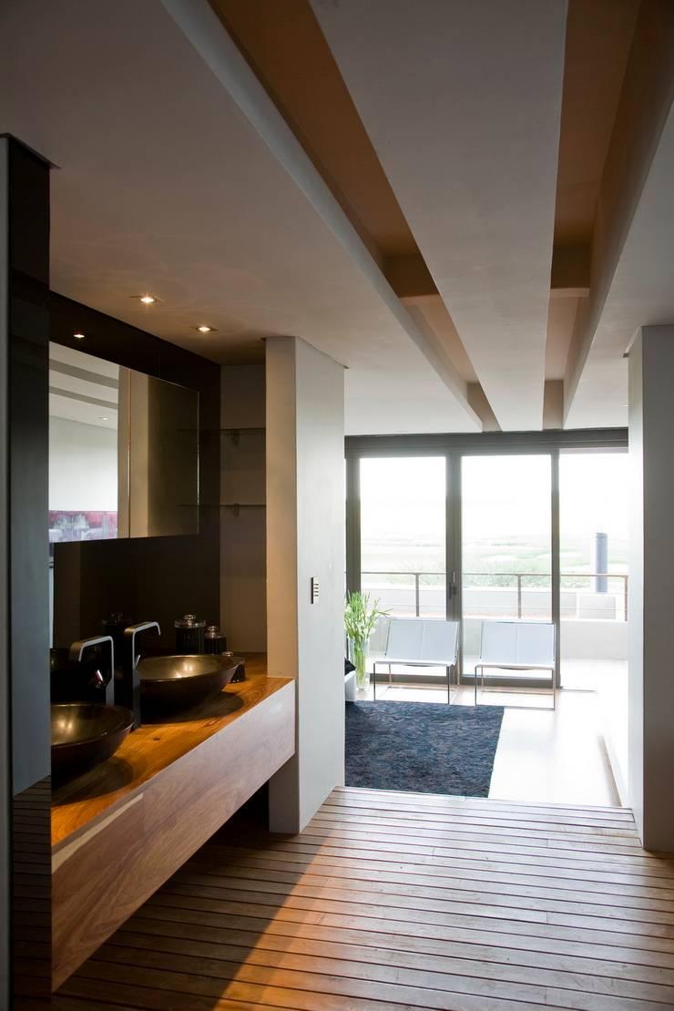 House Serengeti  :  Bathroom by Nico Van Der Meulen Architects