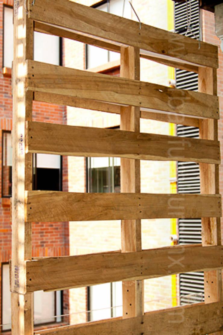 Muro Verde URBAN FURNITURE: Balcones y terrazas de estilo  por URBAN FURNITURE