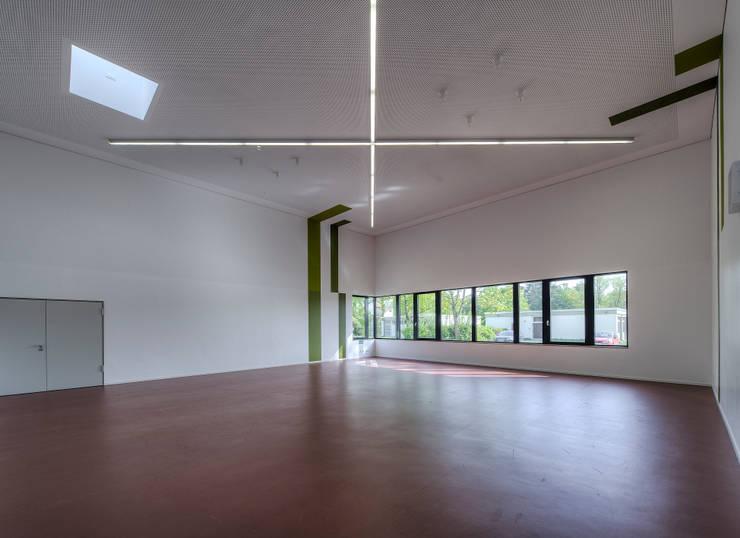 Neubau Dreifach Sporthalle mit integriertem Therapiezentrum am Schloß Stutensee:   von weinbrenner.single.arabzadeh. architektenwerkgemeinschaft