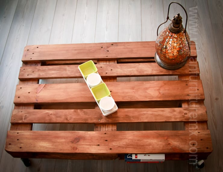 Mesas con palets: Salas de estilo  por URBAN FURNITURE