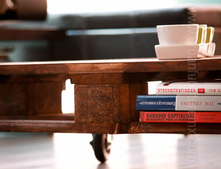 Mesas con palets:  de estilo industrial por URBAN FURNITURE, Industrial