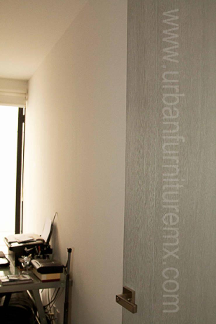 Estantería y mueble de televisión: Salas de estilo  por URBAN FURNITURE