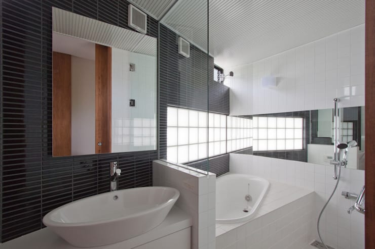 Casas de banho  por 株式会社 オオタデザインオフィス