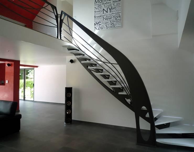 Escalier design Art Nouveau: Couloir, entrée, escaliers de style de style eclectique par La Stylique