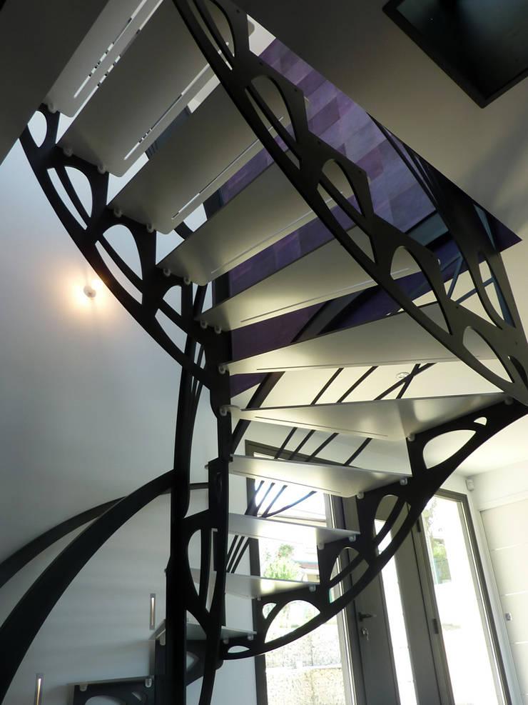 Escalier design double quart tournant Art Nouveau: Couloir, entrée, escaliers de style  par La Stylique