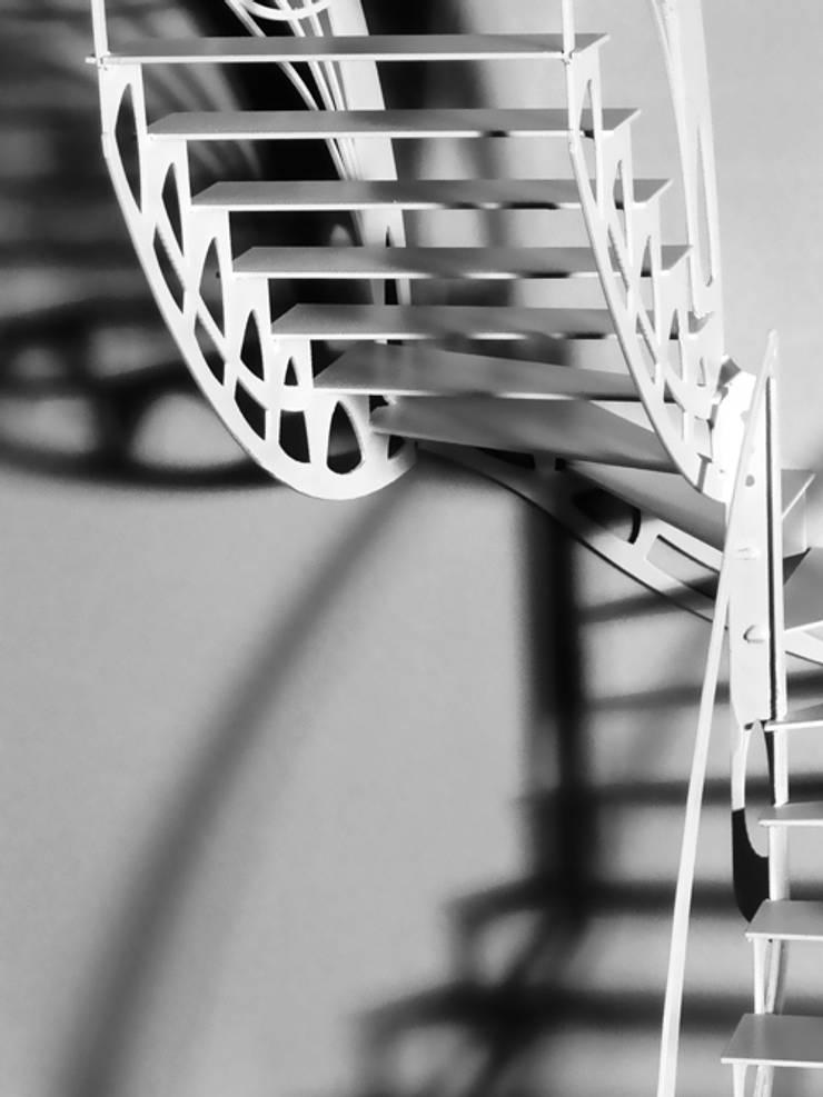 Escalier design papillon: Couloir, entrée, escaliers de style  par La Stylique