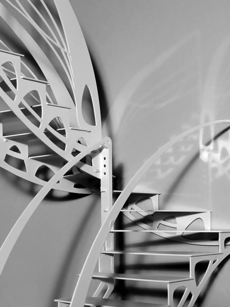 Escalier design papillon: Couloir, entrée, escaliers de style de style eclectique par La Stylique