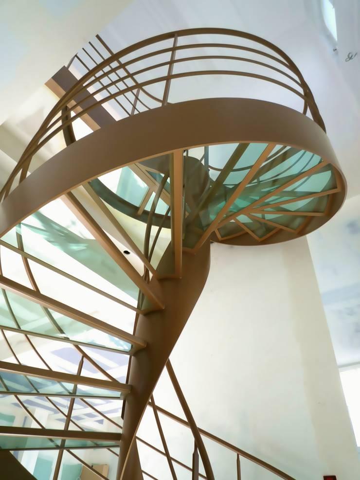 Escalier design hélicoïdal: Couloir, entrée, escaliers de style  par La Stylique