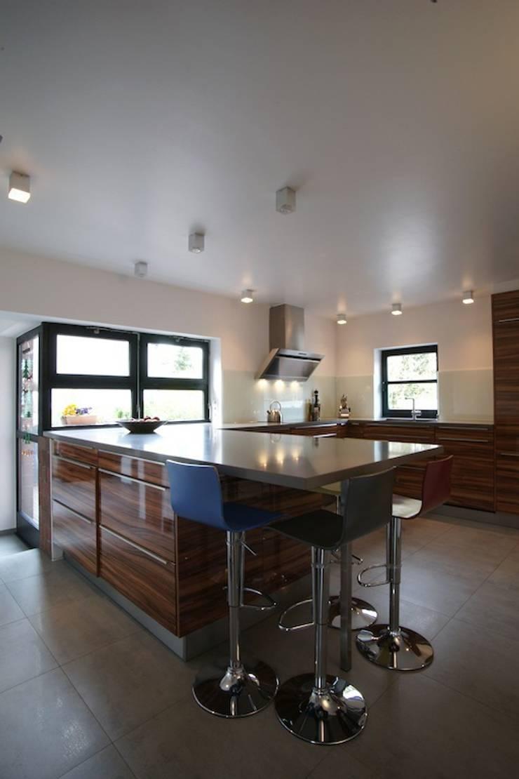 Neue Küche im Bestand : minimalistische Häuser von in_design architektur