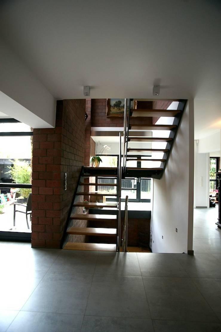 Neue Treppe im Bestands-Bauteil: minimalistische Häuser von in_design architektur