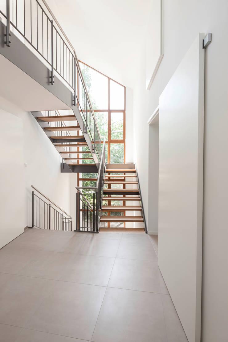 Treppenfuge - Ausblick nach Süden :  Flur & Diele von in_design architektur