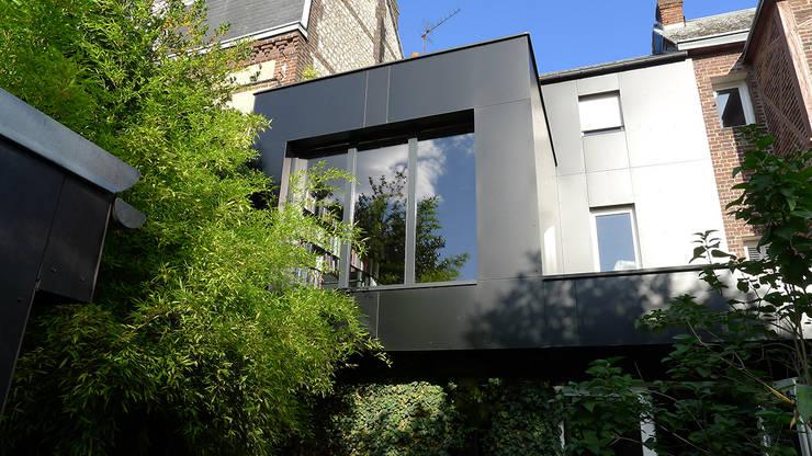 black house: Maisons de style  par ad architecture