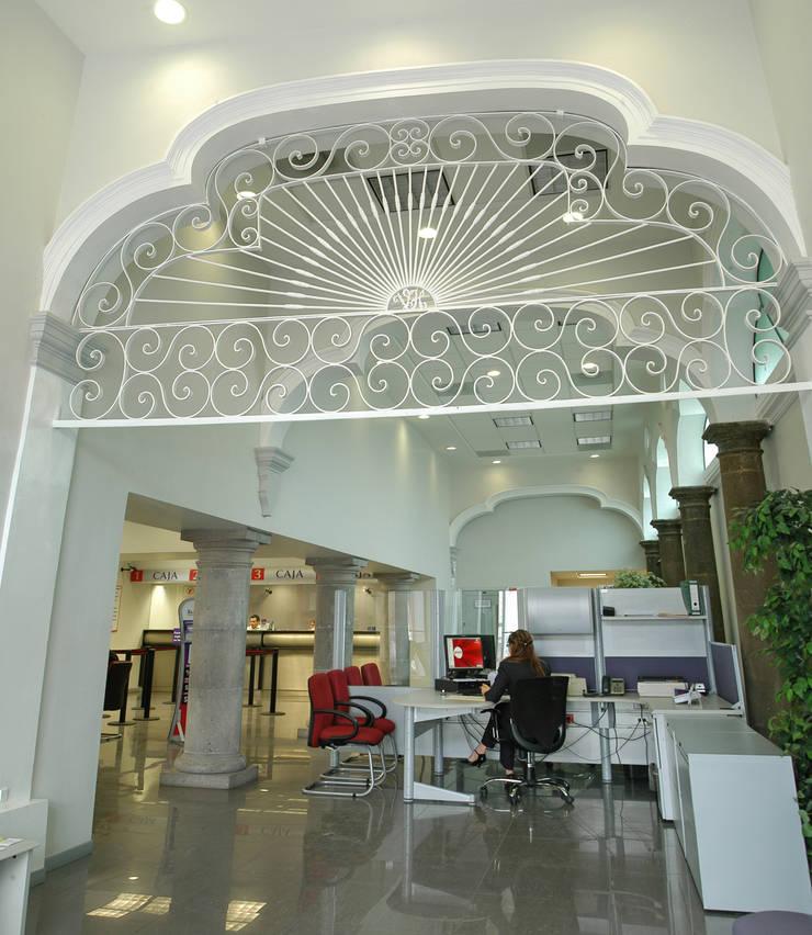 Sucursal Bancaria en Ciudad Guzmán: Oficinas y tiendas de estilo  por Mezzanine Arquitectura