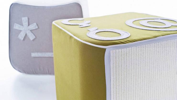 Pi'gio poufs: Sala da pranzo in stile  di Lucio Curcio Designer